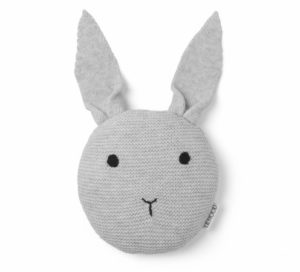 graa-strikket-kanin-bamse-fra-liewood-fit-800x450x100