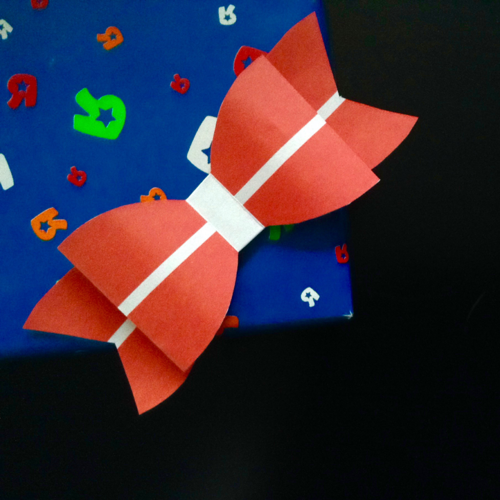 papir sløjfer, børnefødselsdag, download til børnefødselsdag, papirsløjfer, print selv papir sløjfer, fold selv papir sløjfe, dannebros sløjfe, dannebro sløjfe, sløjfe med dannebro, sløjfe med det danske flag